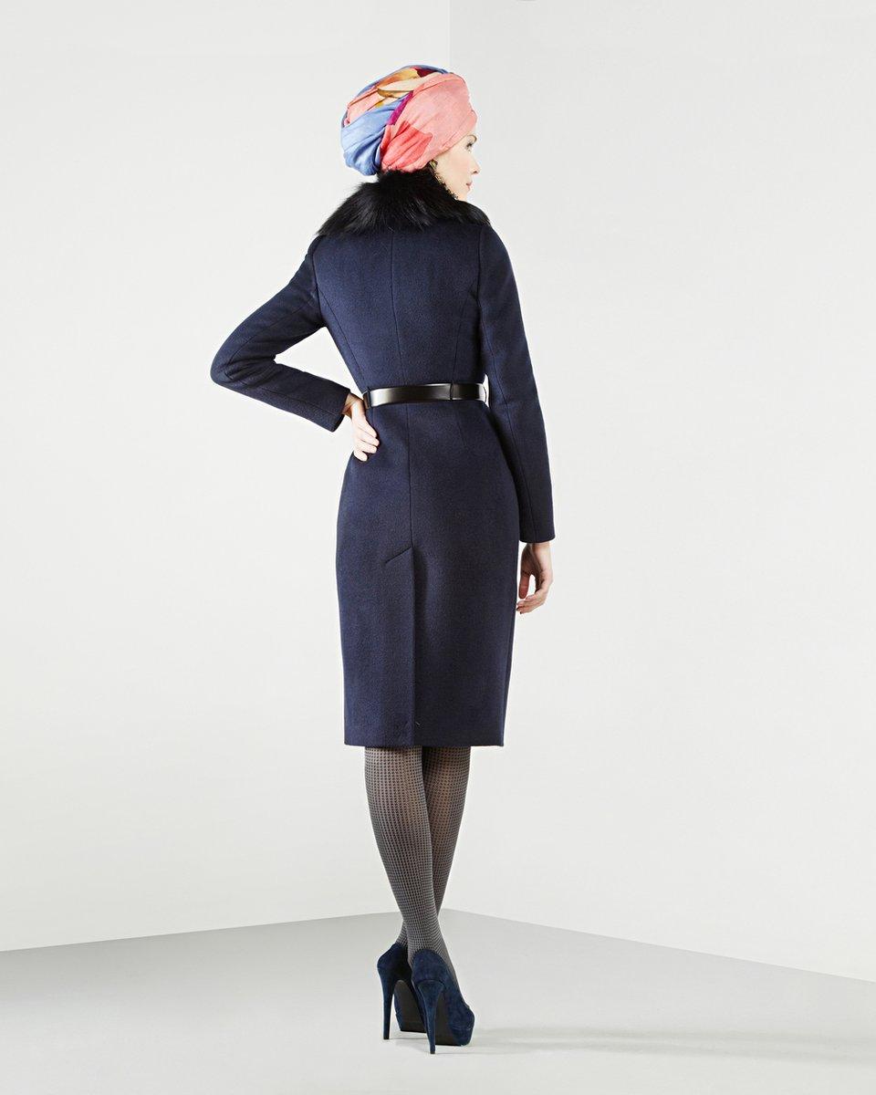 Пальто с меховым воротником-шалью, синего цвета.