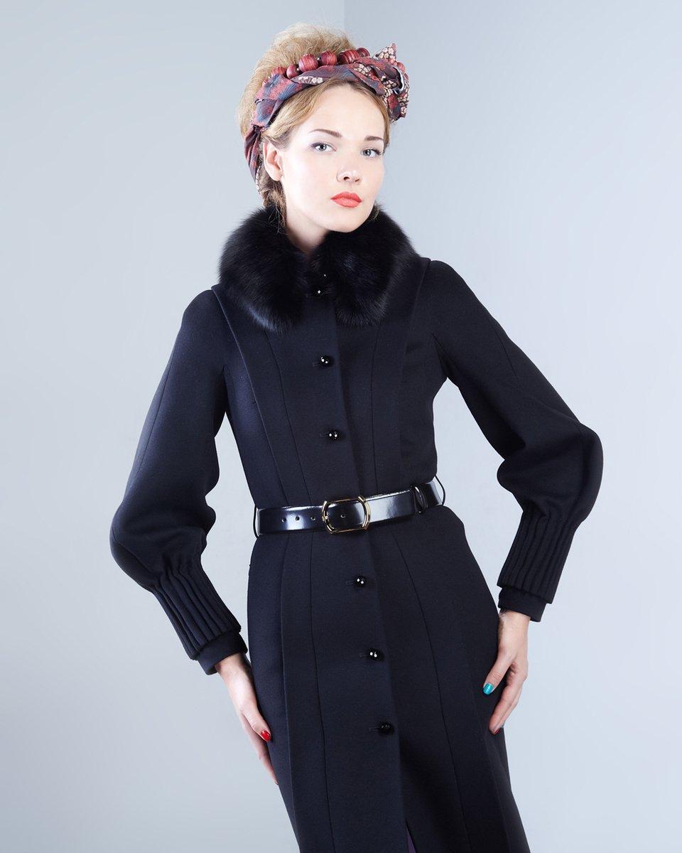 Пальто с необычным рукавом и декоративными манжетами, черного цвета.