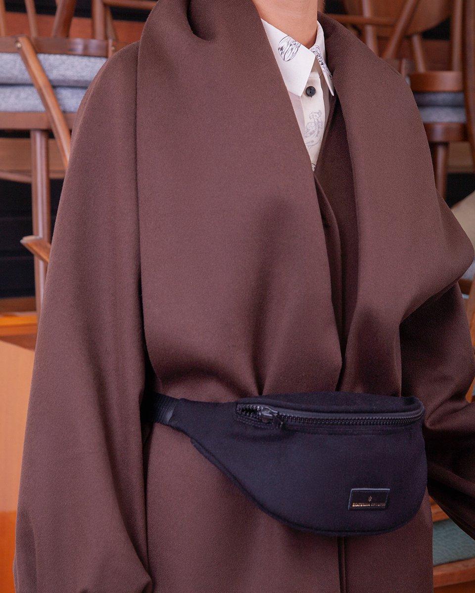 Зимнее пальто шоколадного цвета с воротником-шарфом