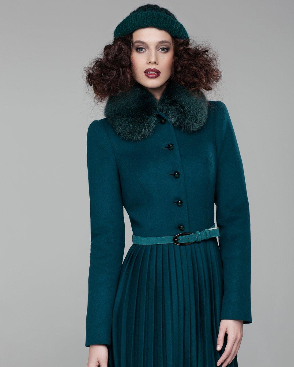 Пальто с плиссированной юбкой, украшенной перфорацией