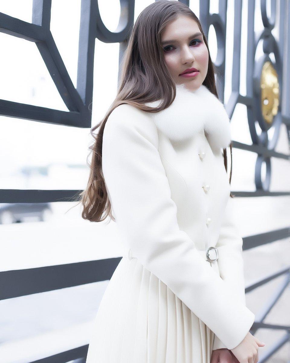 Пальто с плиссированной юбкой, цвета слоновой кости