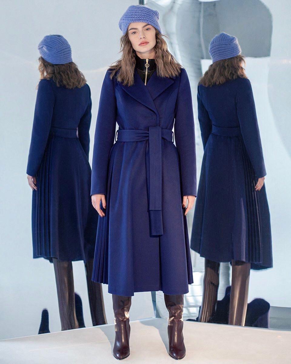 Зимнее пальто темно-синего цвета с плиссированными вставками