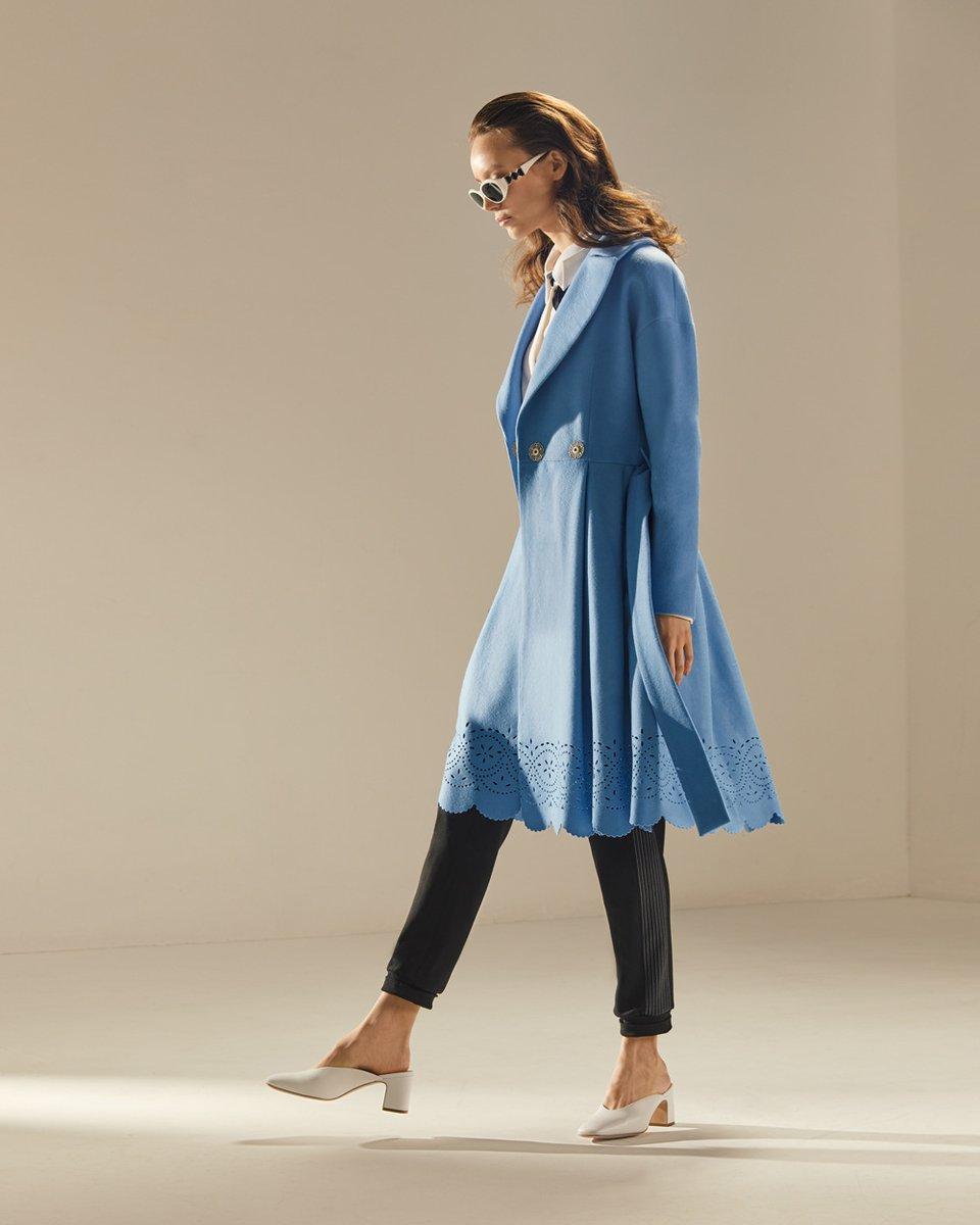 Пальто с фестонами небесно-голубого цвета
