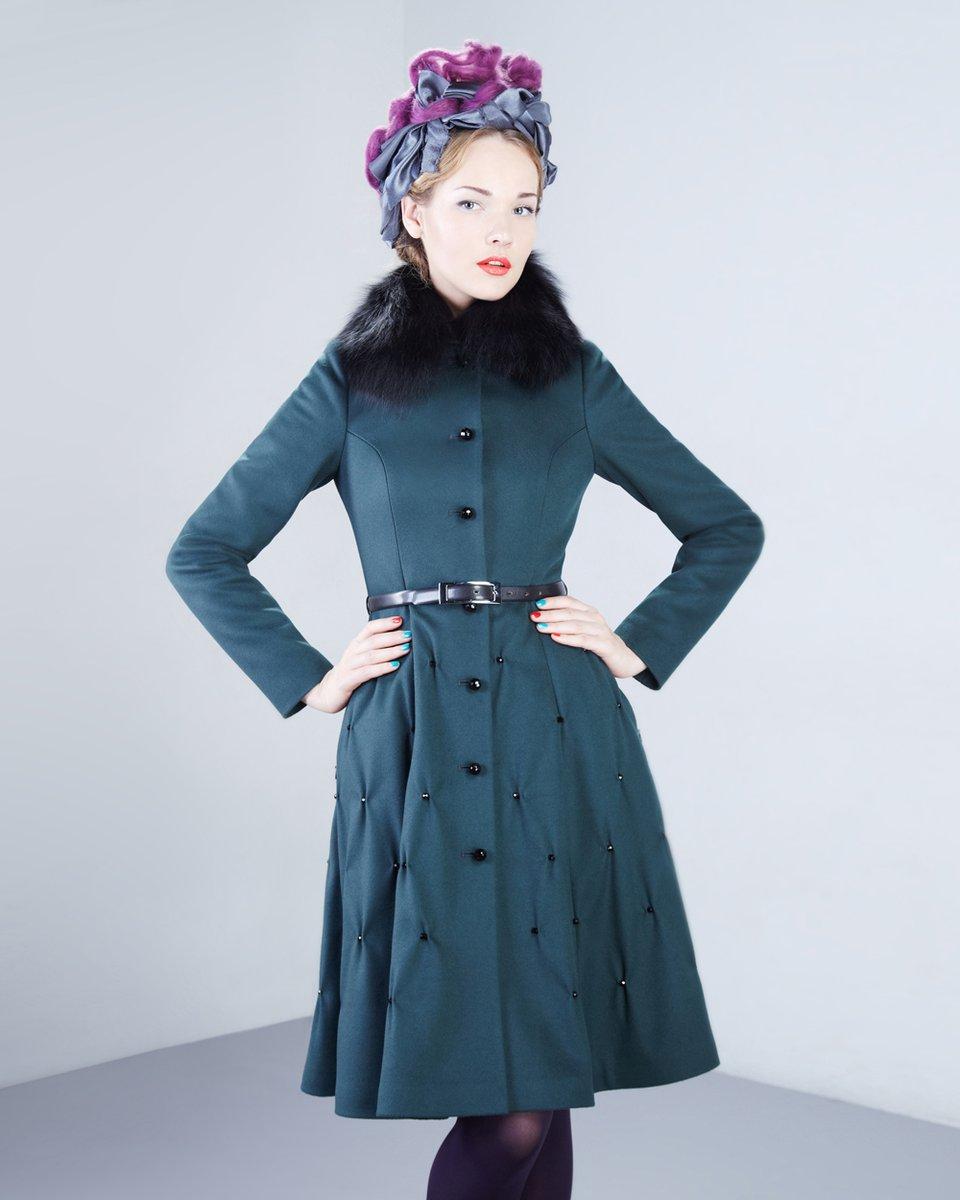 Пальто с широкой юбкой, декорированной бусинами.