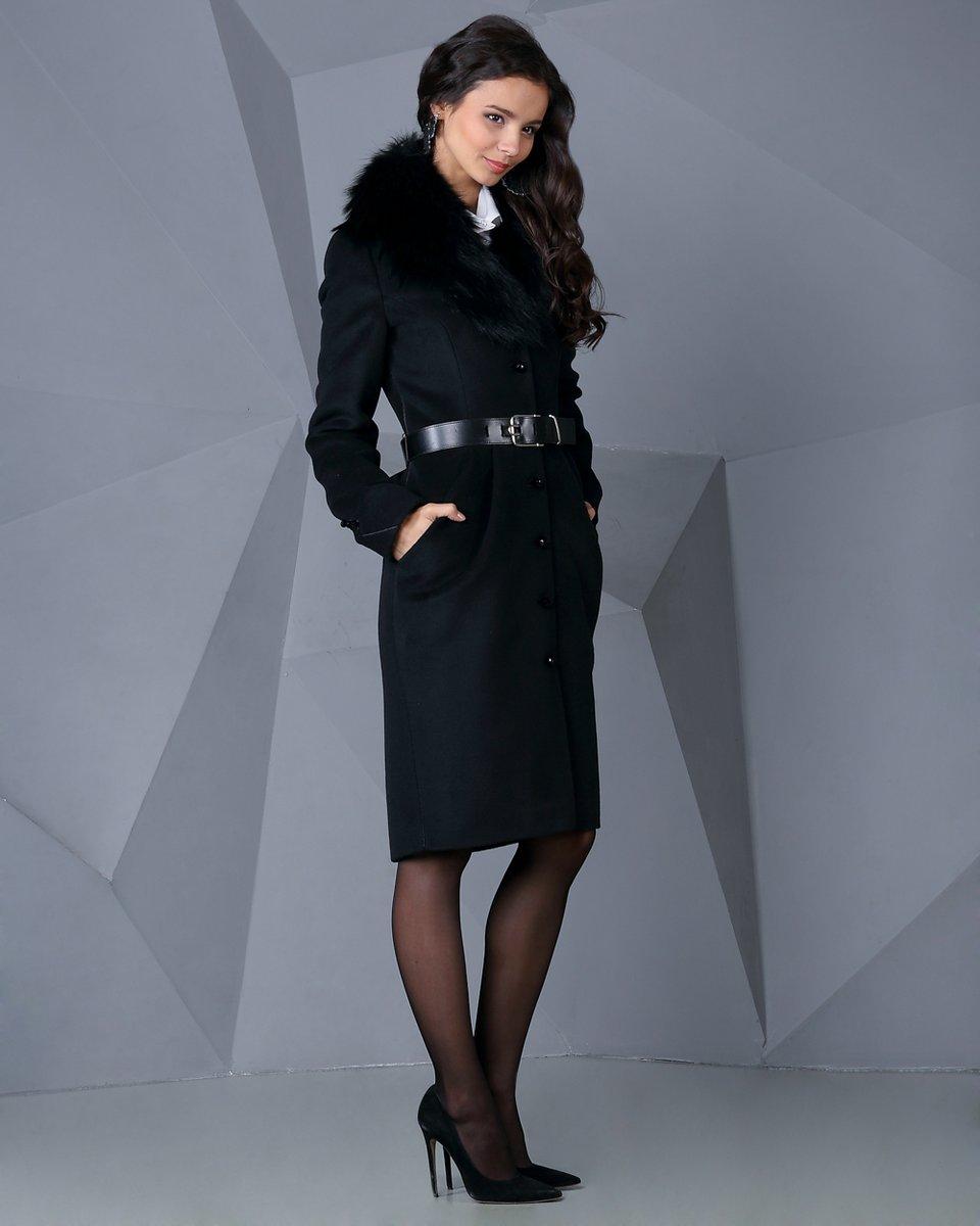 Пальто с талиевыми складками и воротником из меха енота