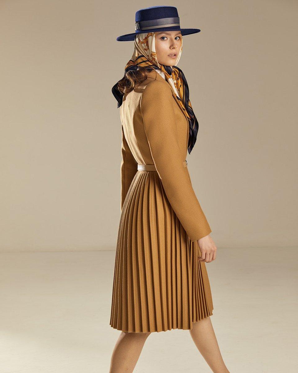 Пальто с юбкой-плиссе бежевого цвета