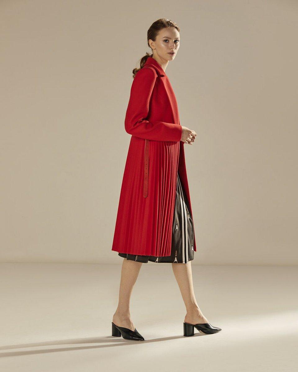 Пальто с юбкой-плиссе красного цвета