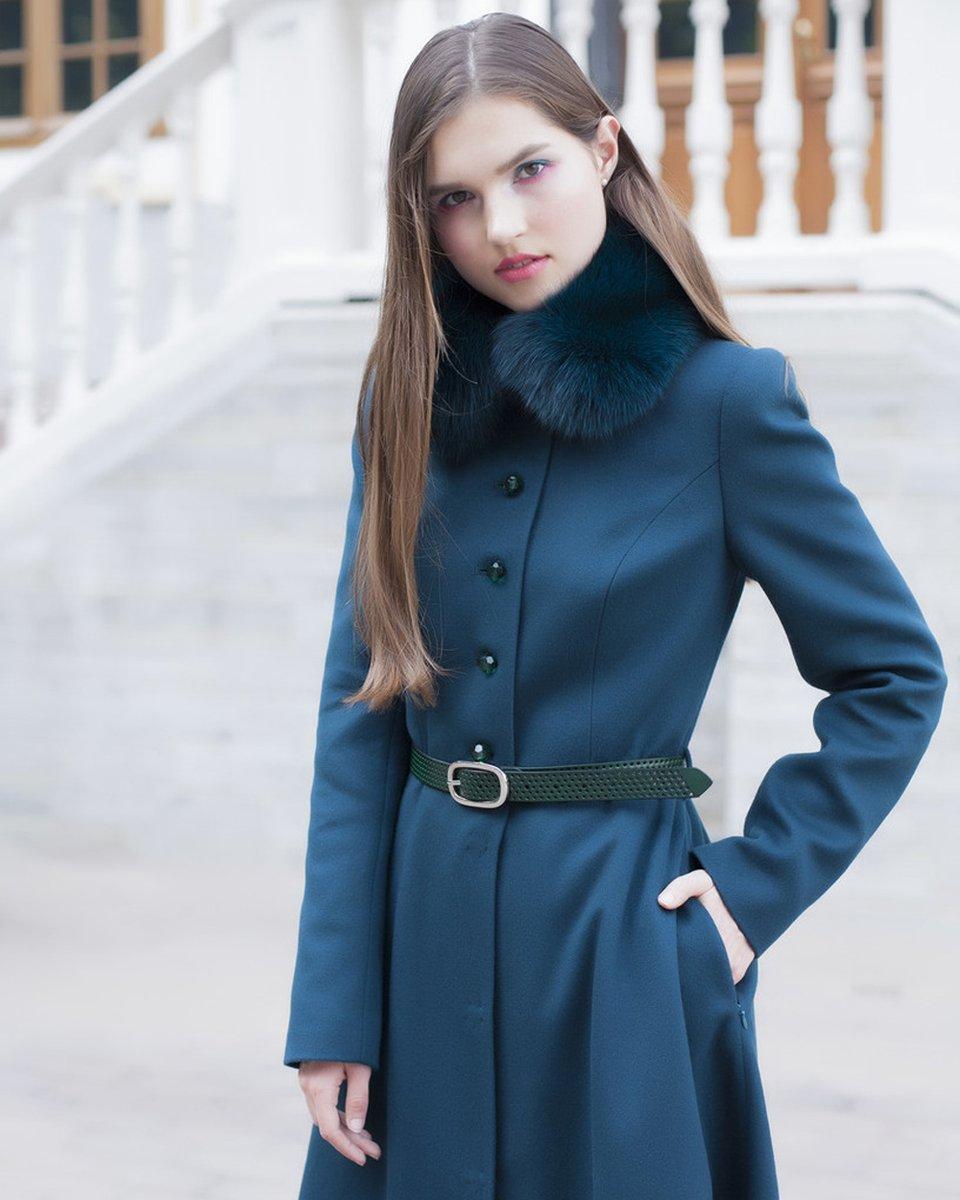 Пальто изумрудного цвета с расклешенной юбкой