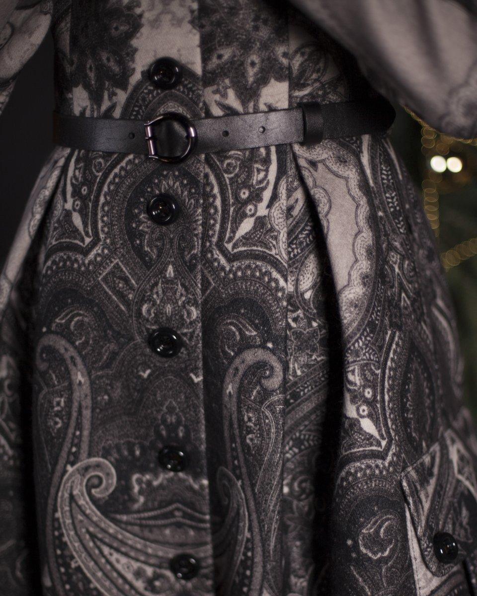 Зимнее пальто с авторским принтом, пышной юбкой и накладными карманами
