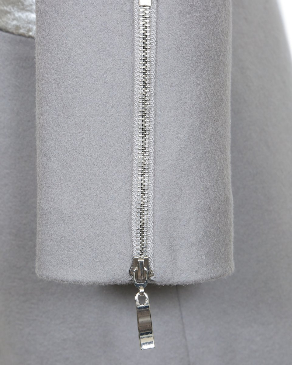 Пальто серого цвета с серебряным лацканом