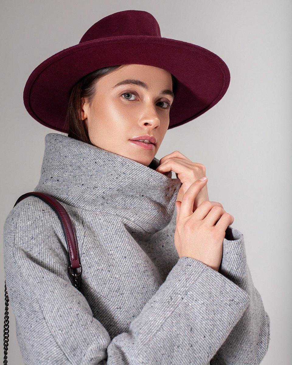 Зимнее пальто серого цвета с воротником-стойкой и шарфом