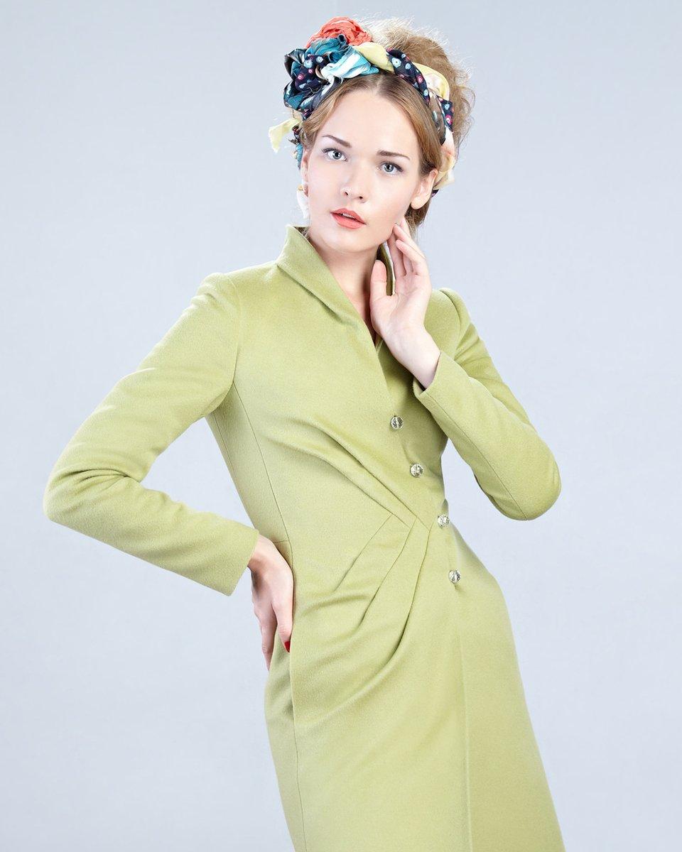 """Пальто со складками в виде """"косички"""" на полочке, зеленого цвета."""