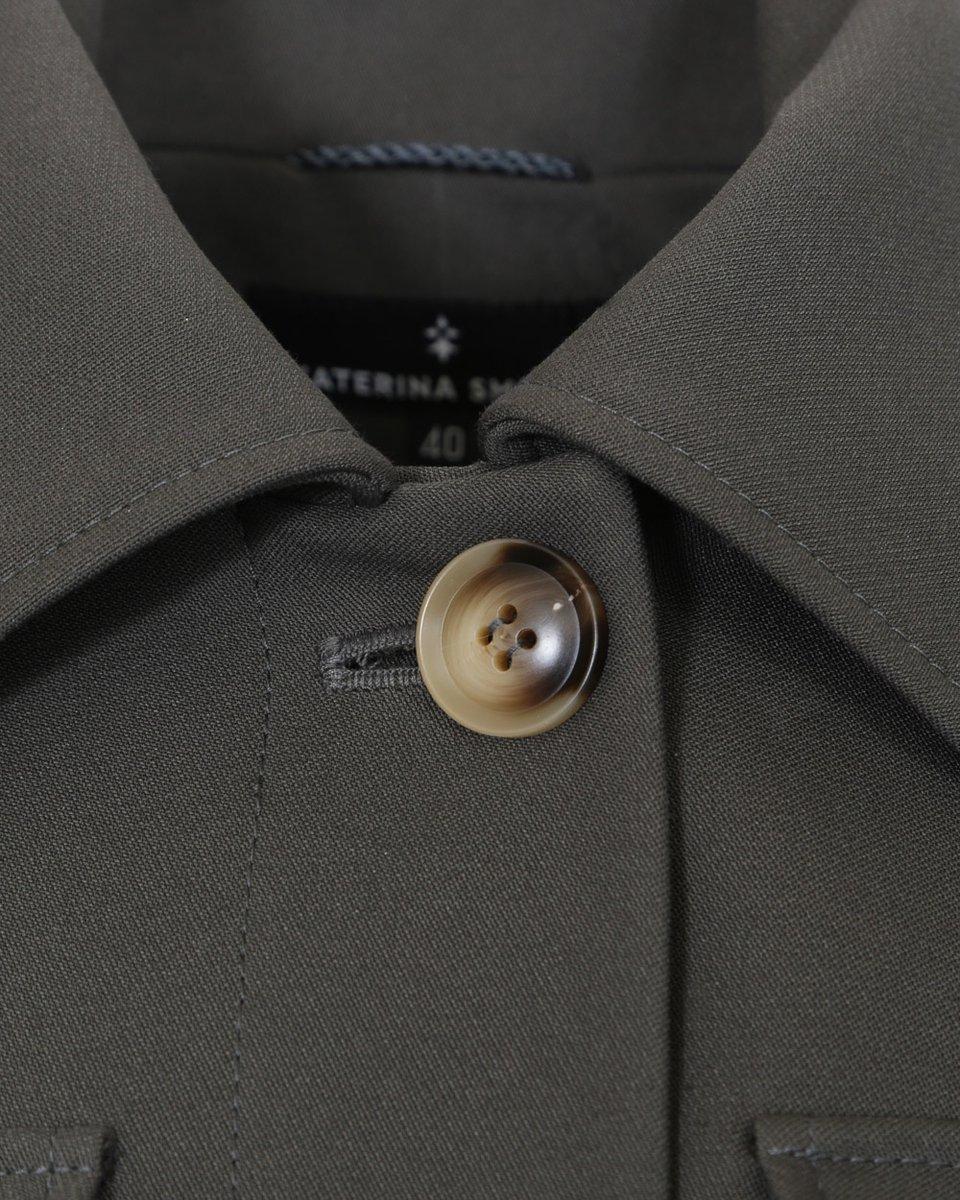 Однобортный тренч цвета хаки с накладными карманами