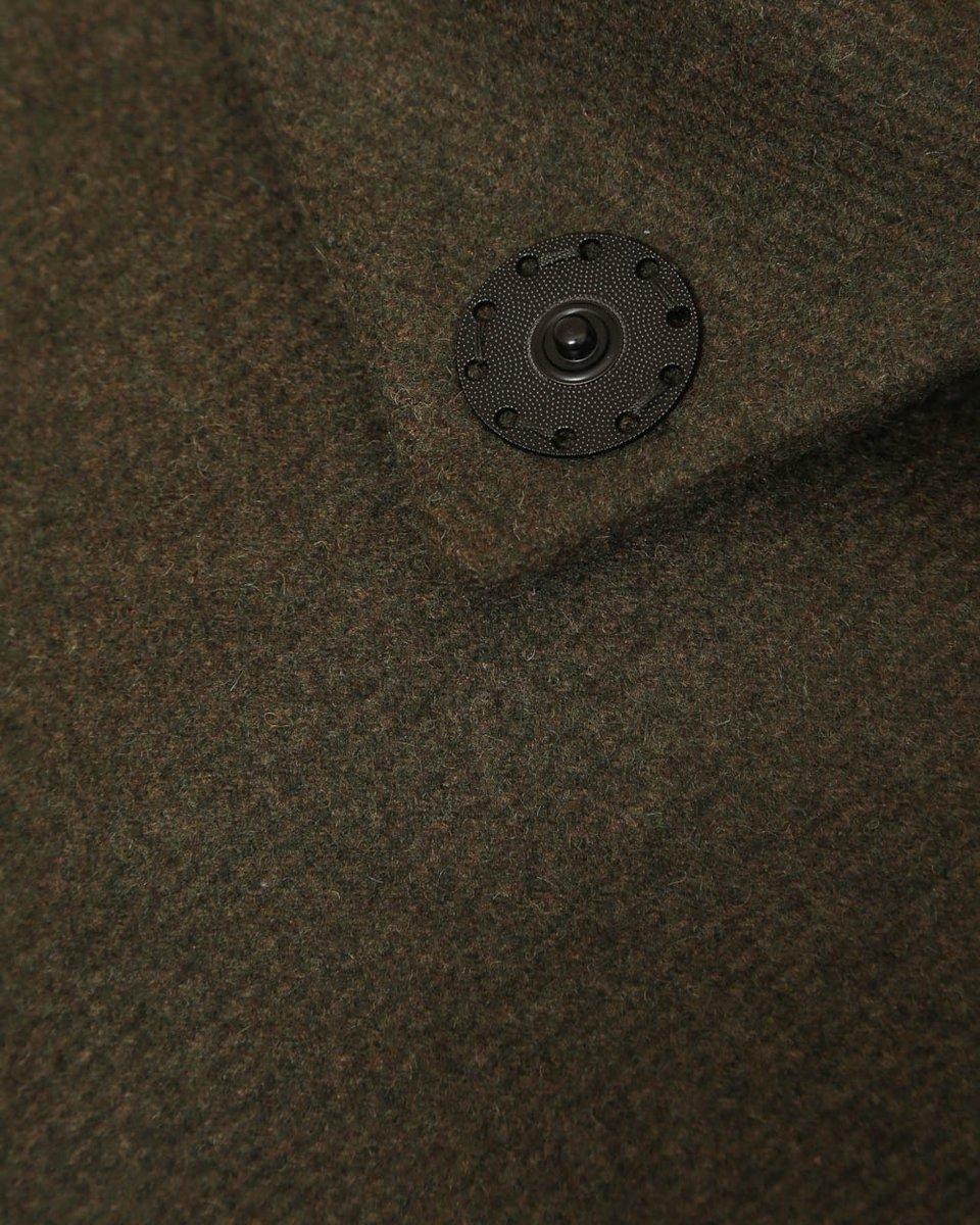 Зимнее пальто цвета хаки с воротником-стойкой и накладными карманами