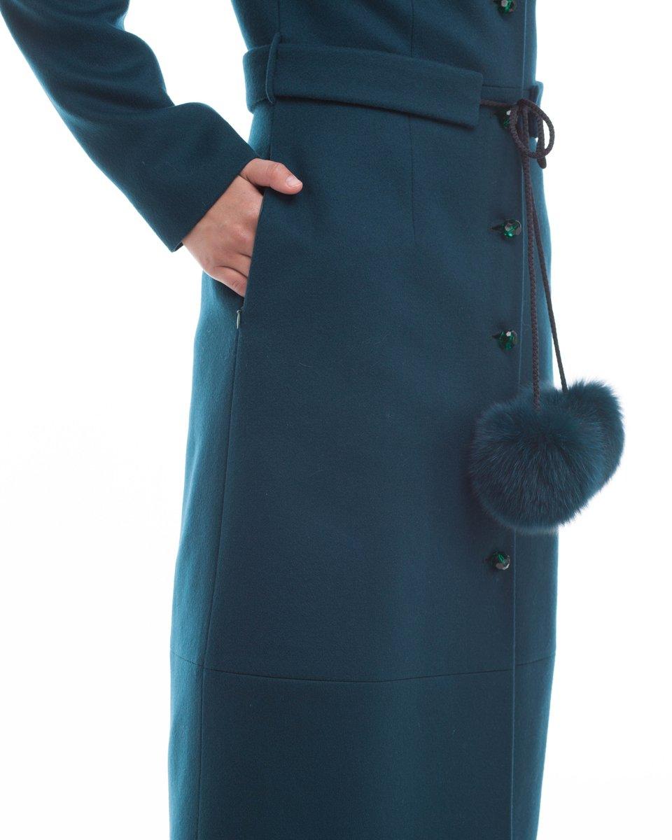 Удлиненное пальто изумрудного цвета с помпонами