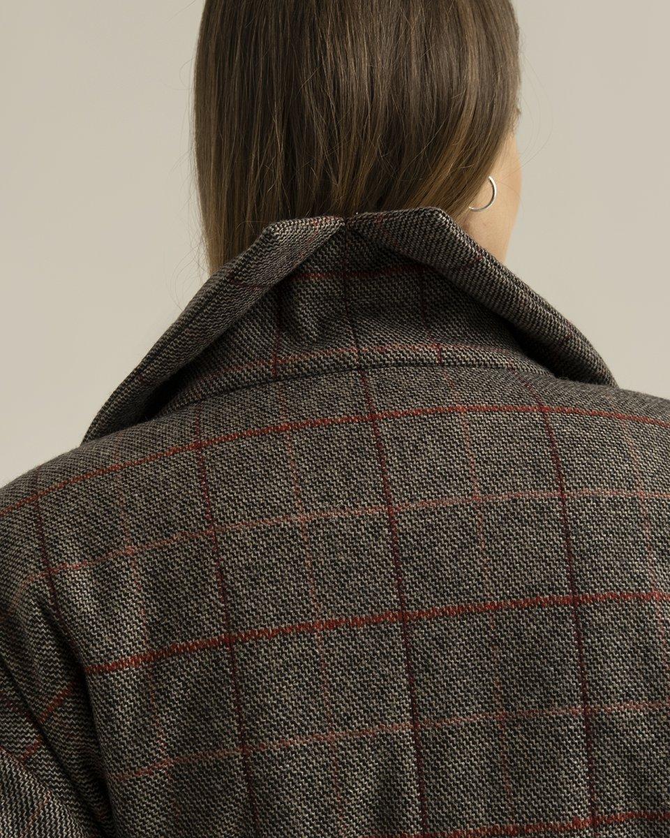 Зимнее пальто в клетку со спущенным плечом