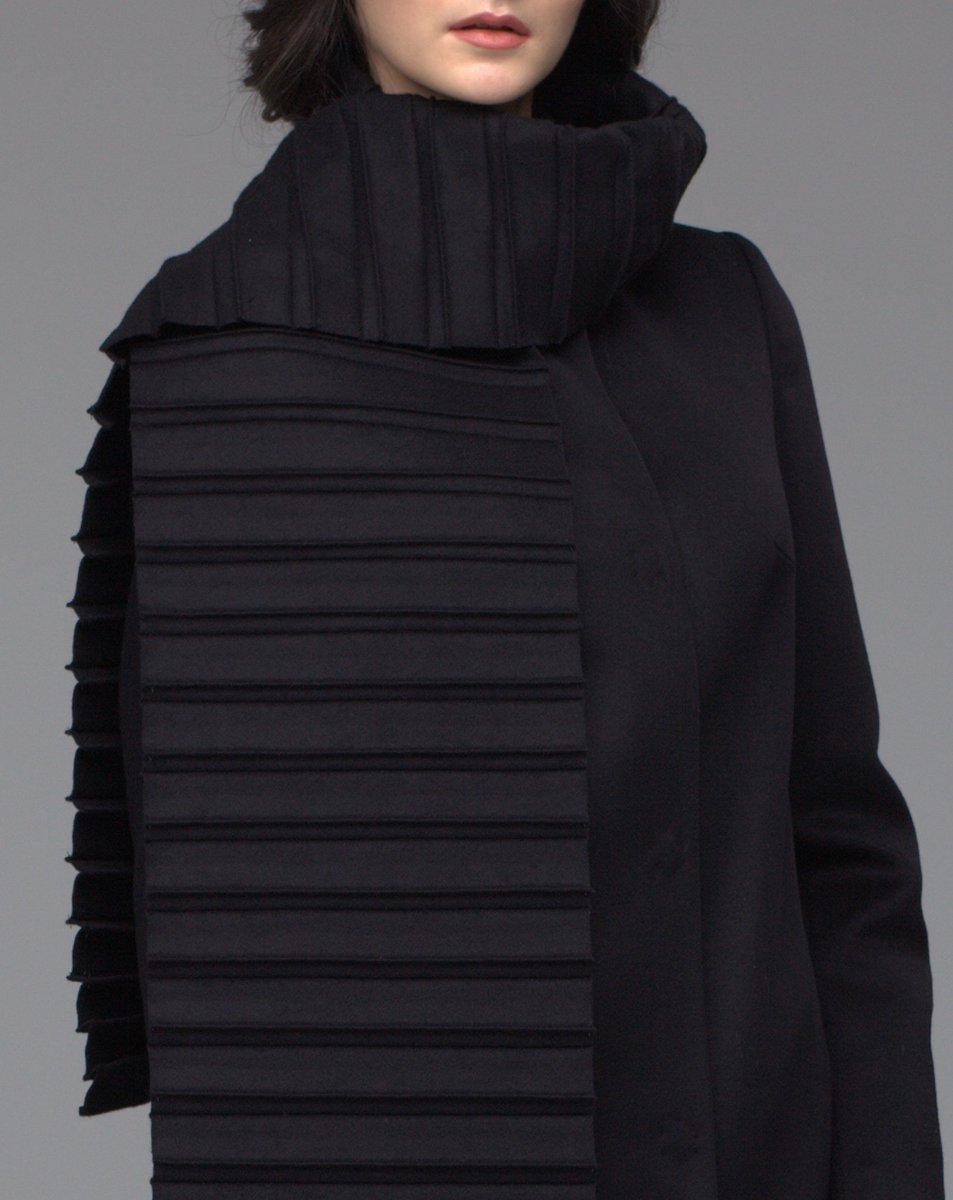 Пальто с плиссированным съемным шарфом