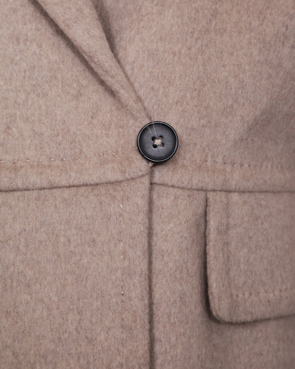 Пальто прямого силуэта бежевого цвета