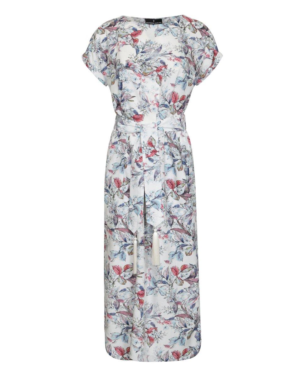 Платье белого цвета с поясом, декорированным кистями