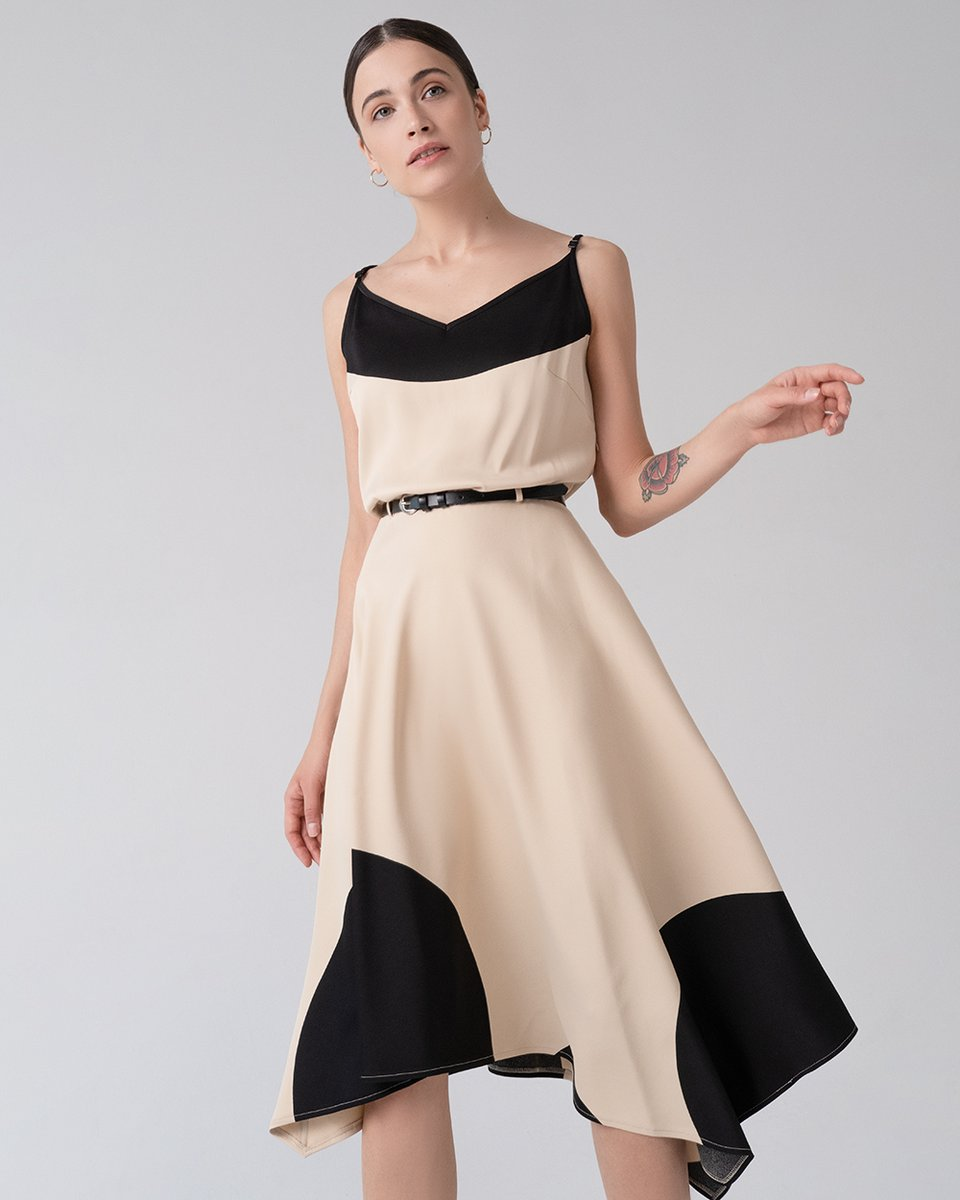 Платье бежевого цвета с расклешенной асимметричной юбкой