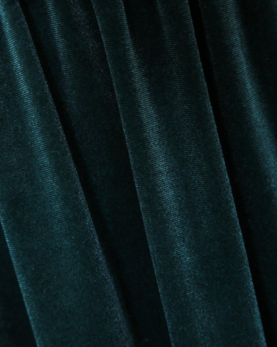 Бархатное платье с расклешенной юбкой