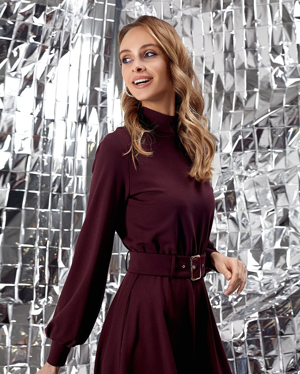 Платье бордового цвета с воротником-стойкой и юбкой-полусолнце