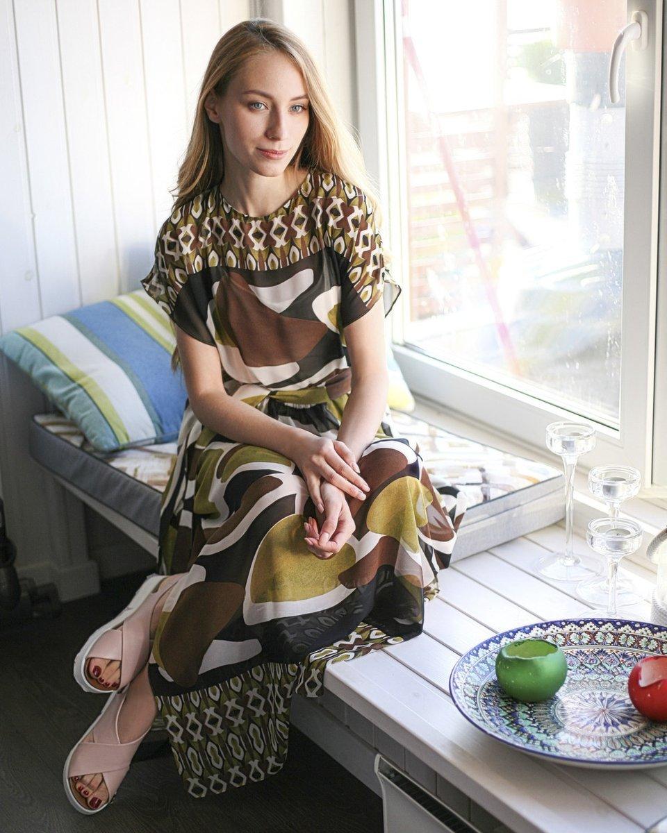 Платье с шоколадным принтом длины миди