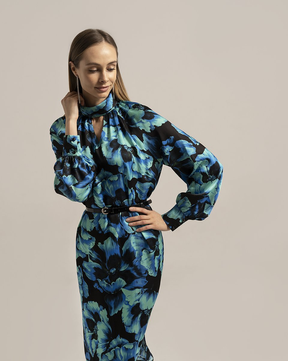 Платье с цветочным принтом голубого цвета