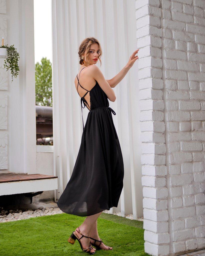 Платье черного цвета на бретелях с открытой спиной