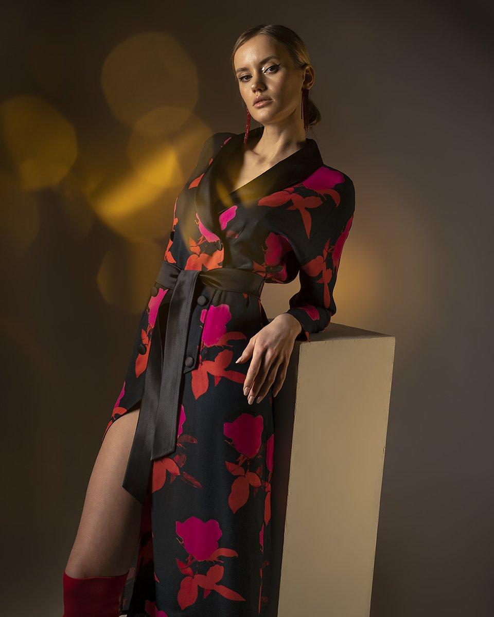 Платье в крупные цветы с атласными лацканами и пуговицами