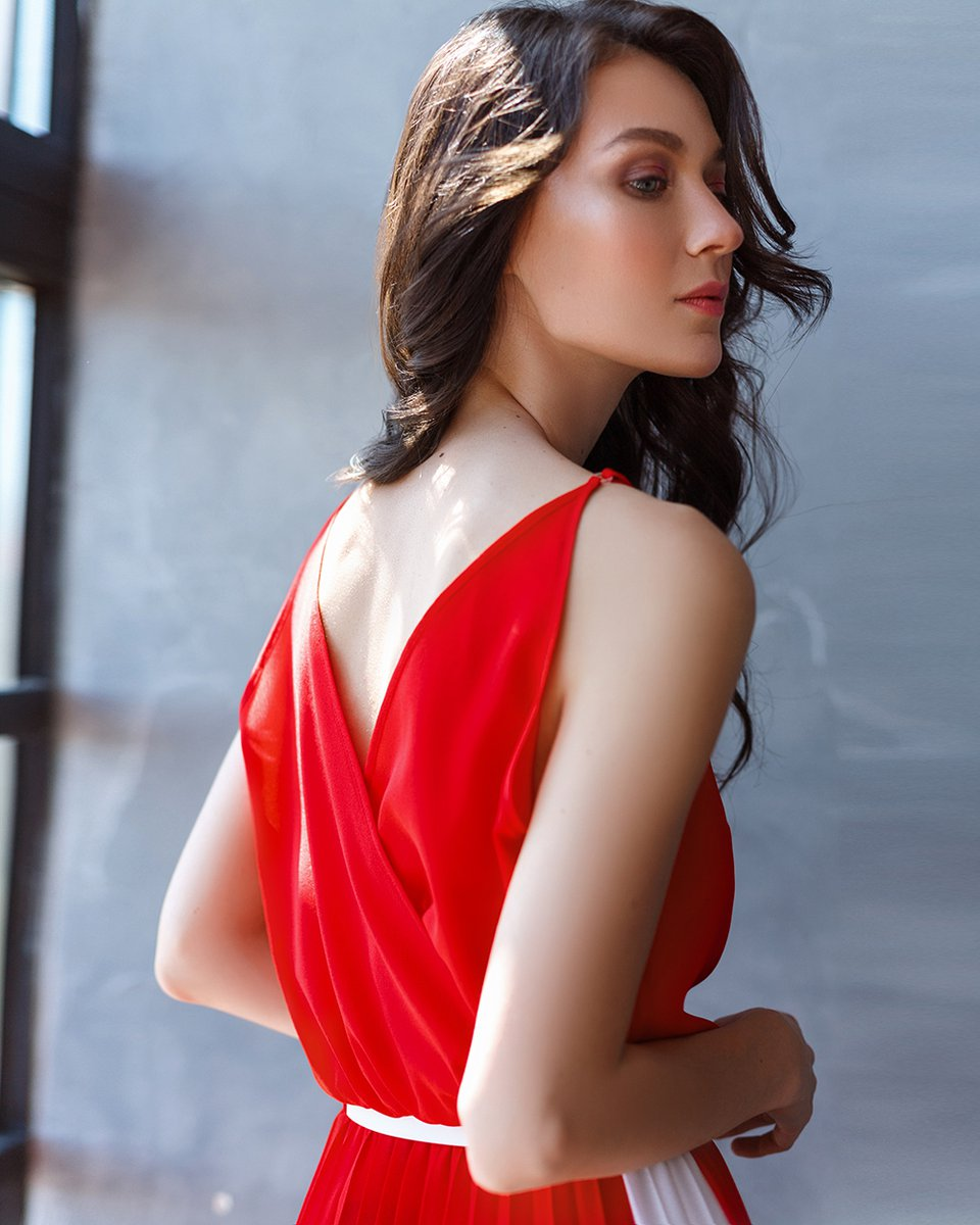 Платье с юбкой-гофре и лампасами, длины миди, красного цвета