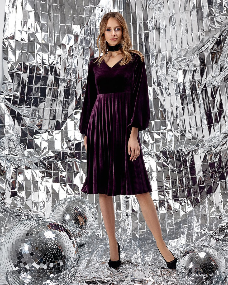 Бархатное платье с завышенной линией талии и юбкой гофре