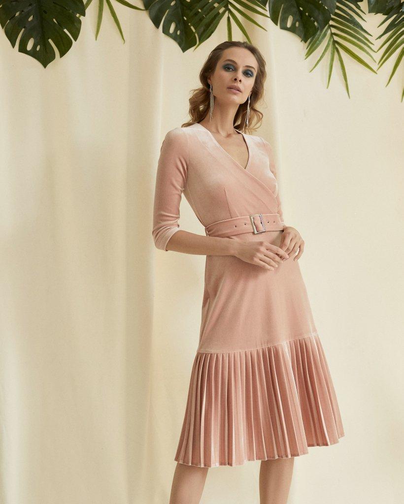 Бархатное платье пудрового цвета с плиссированным воланом