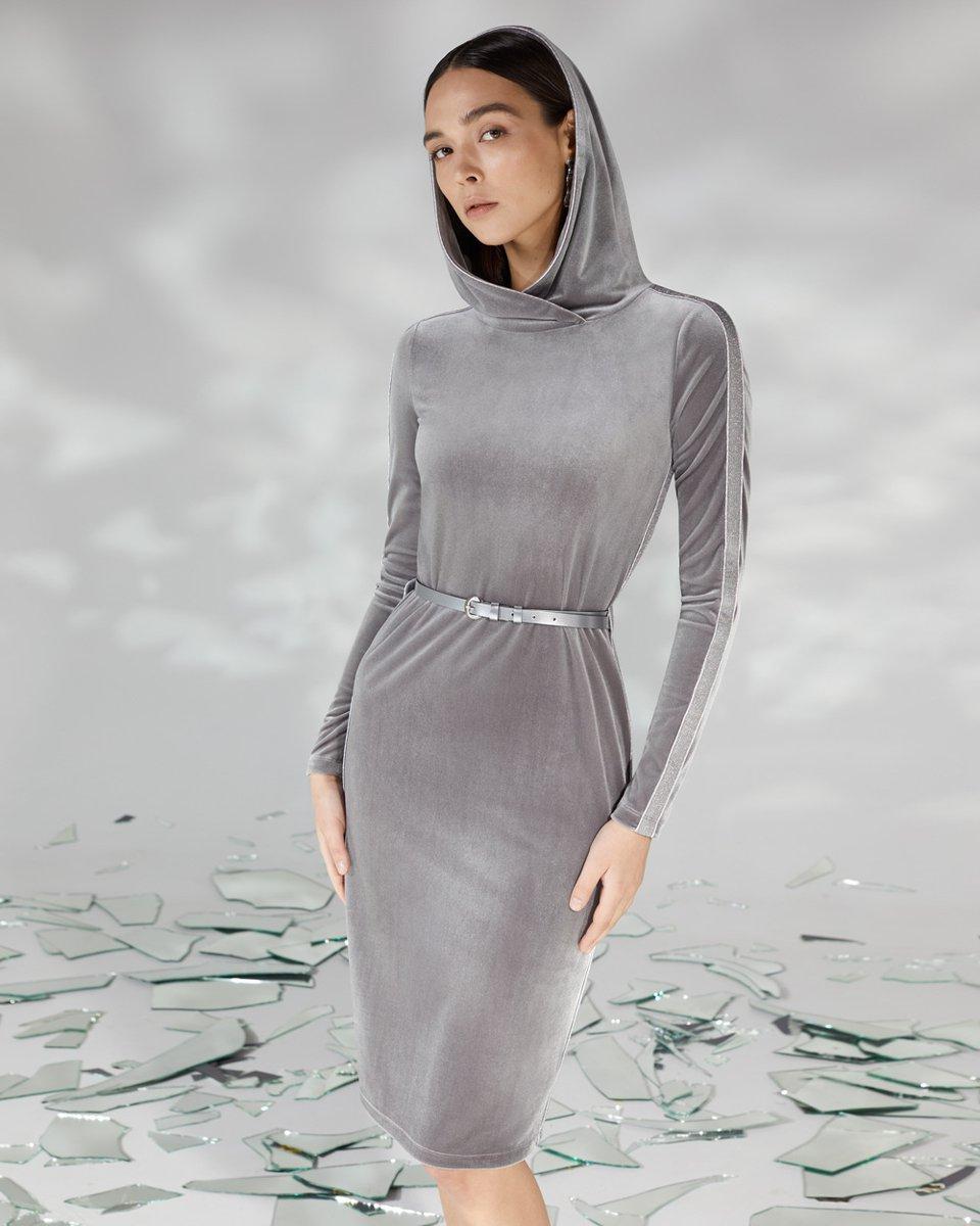 Платье из бархата с капюшоном серебристого цвета