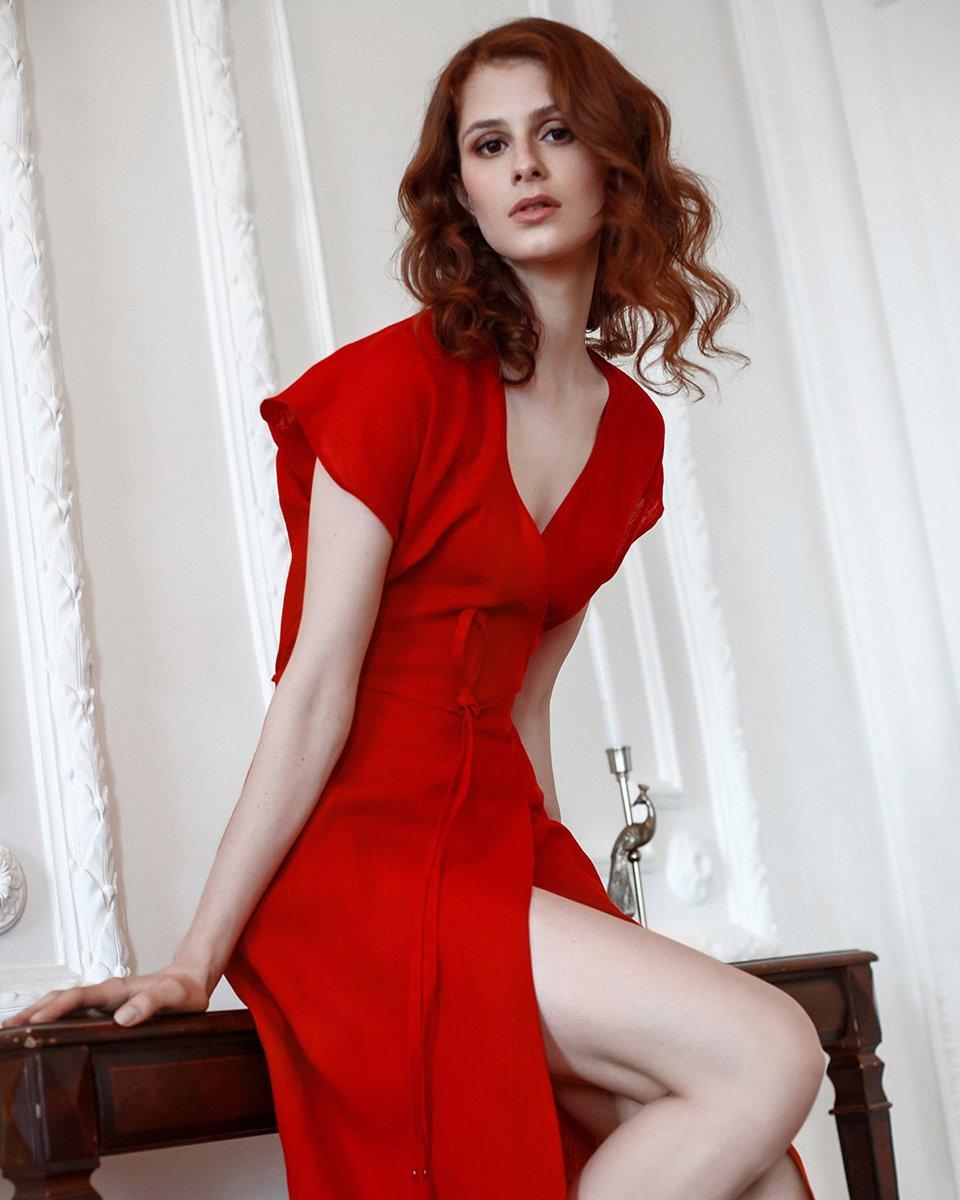 Платье с запахом, красного цвета
