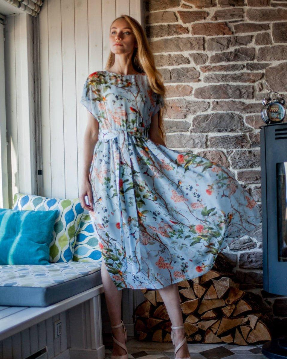 Шелковое платье голубого цвета с цветами и птицами