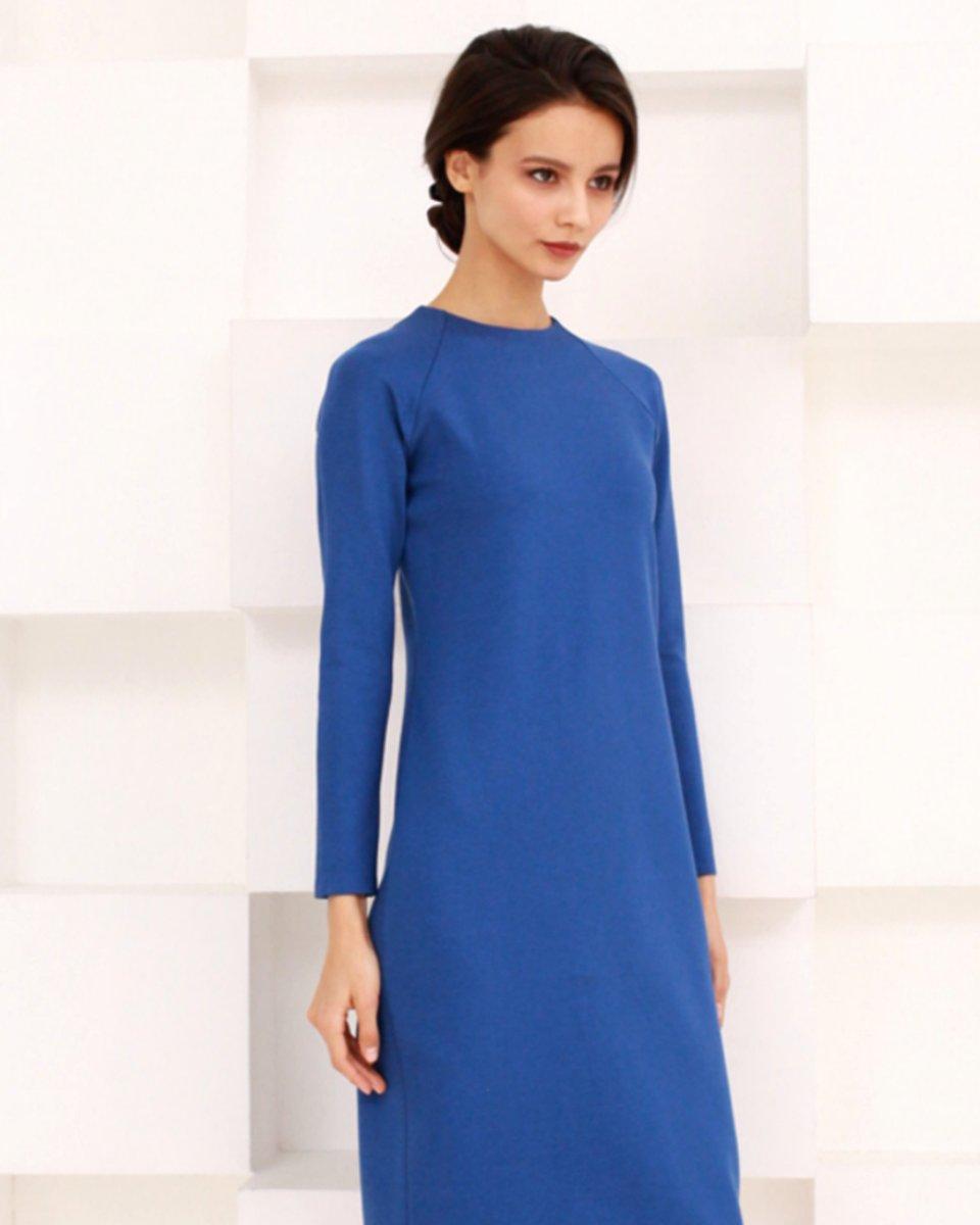 Платье из трикотажа василькового цвета с рукавом реглан