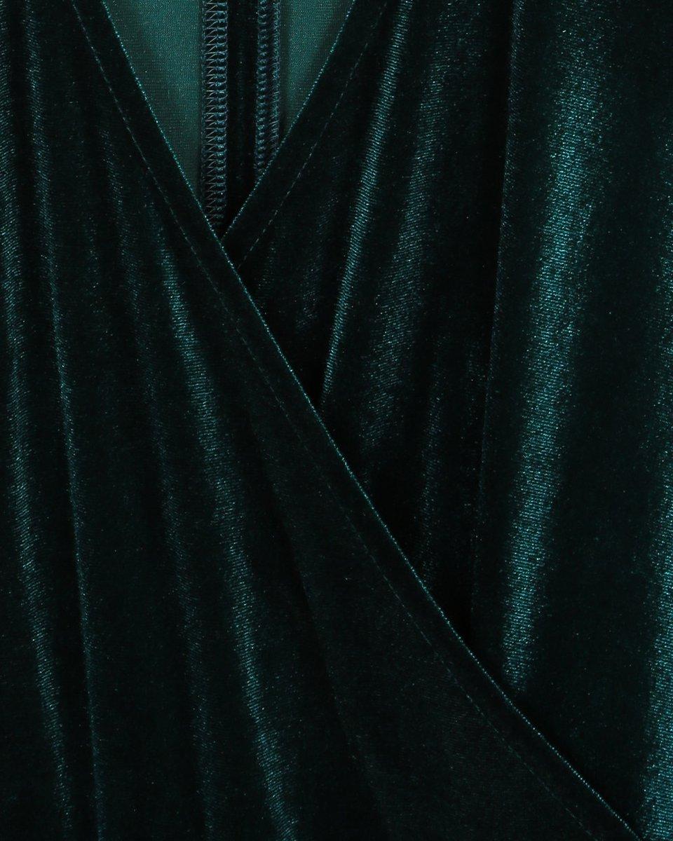 Бархатное платье изумрудного цвета с юбкой гофре