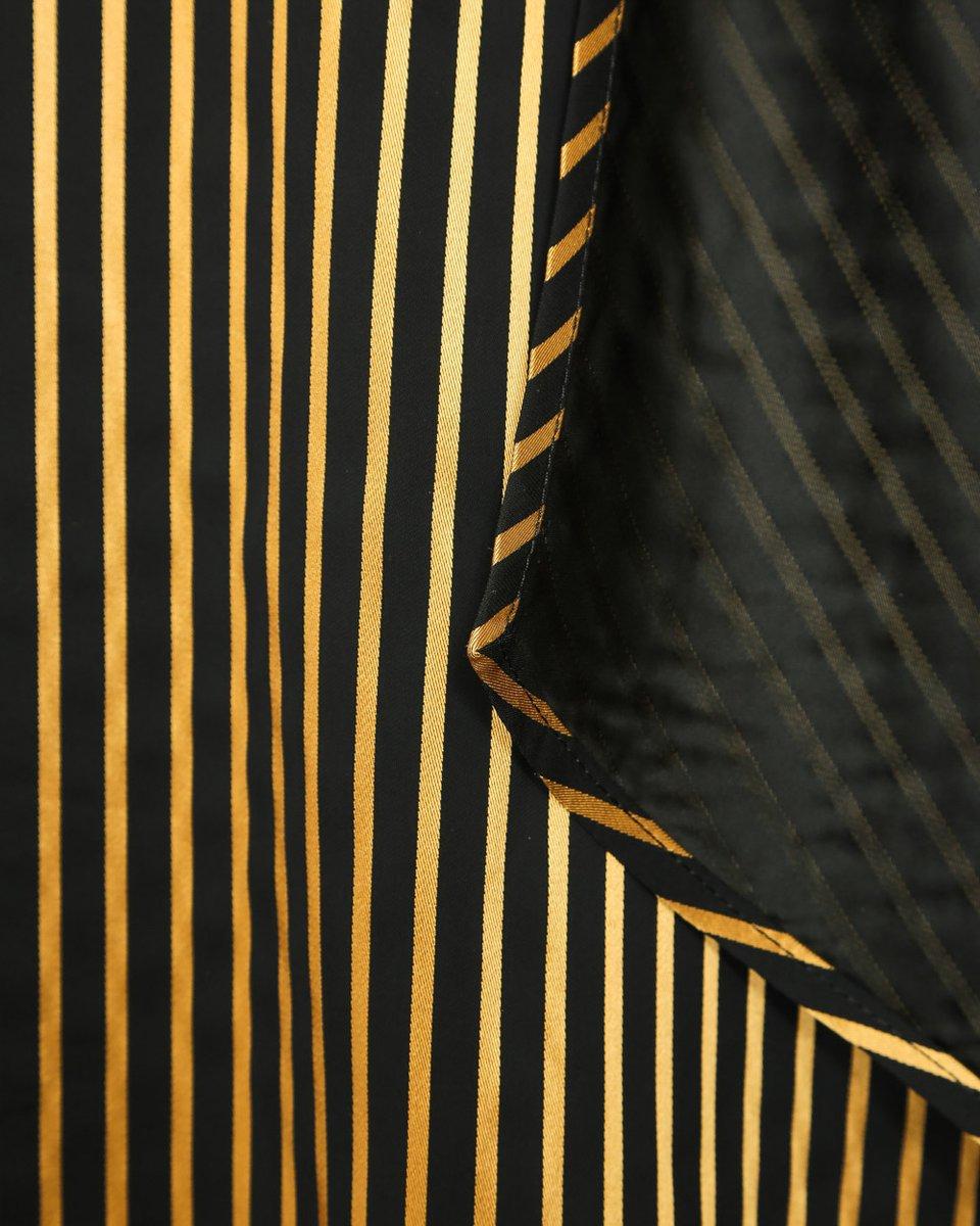 Платье в золотую полоску с имитацией запаха