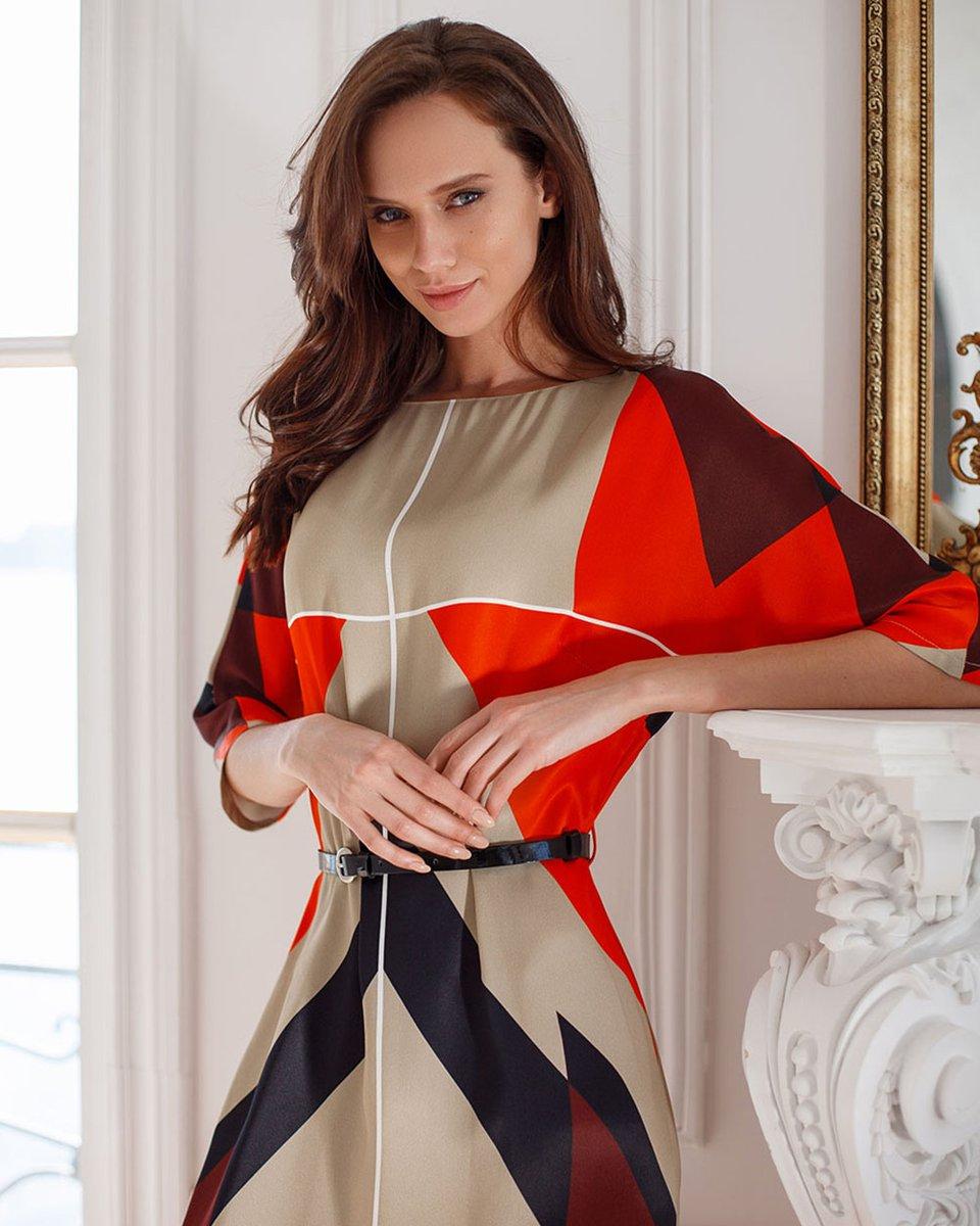 Платье макси прямого силуэта с геометрическим принтом