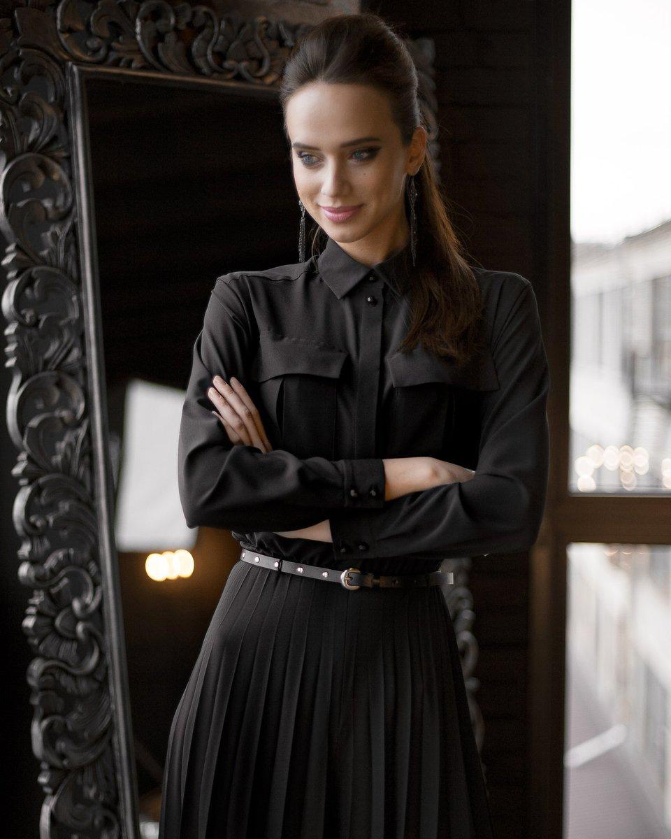 Платье длины макси с плиссированной юбкой, черного цвета