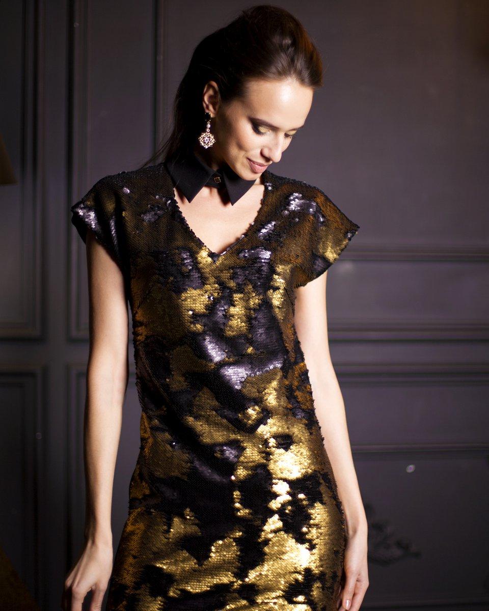 Платье длины мини с золотыми пайетками