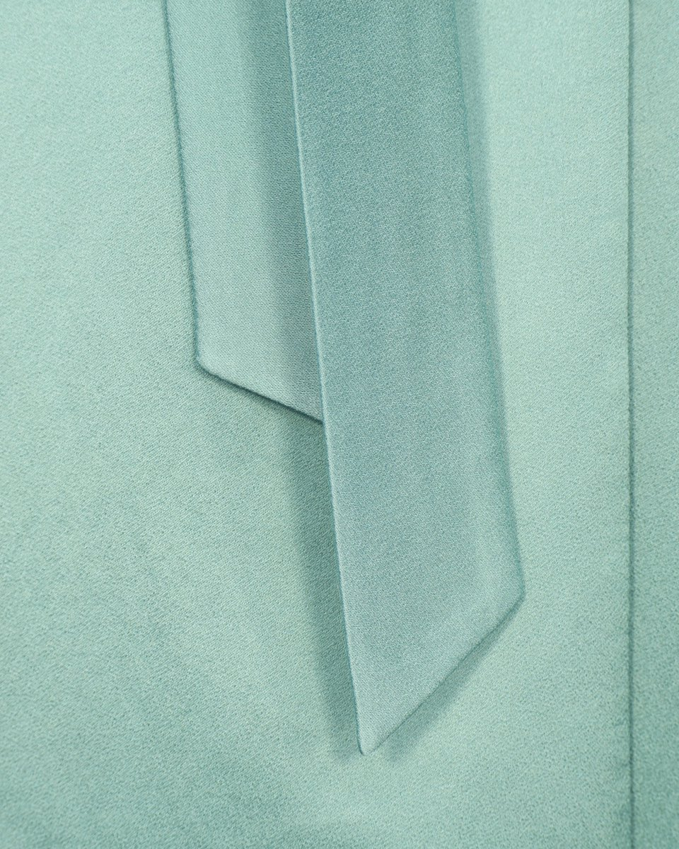 Атласное платье на запах мятного цвета