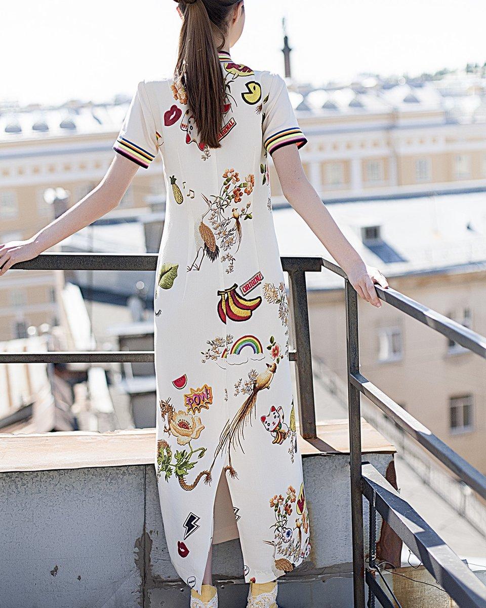 Платье длины миди с ярким принтом на спине