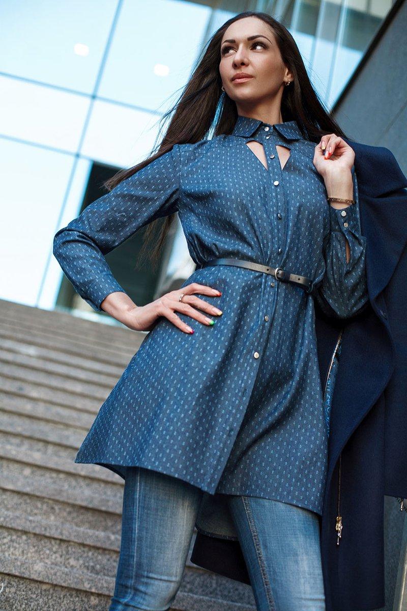 Платье-рубашка из денима с декоративным вырезом на груди и принтом «якоря»
