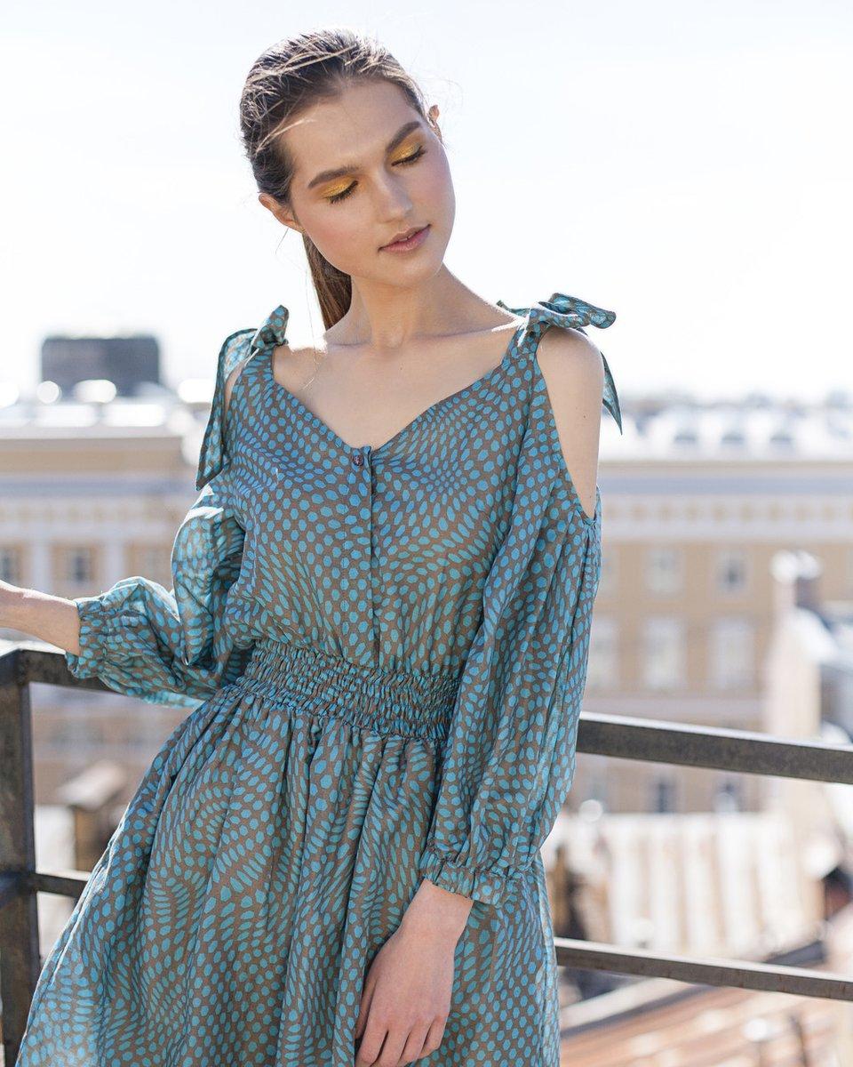 Платье цвета бирюзы с фигурными вырезами