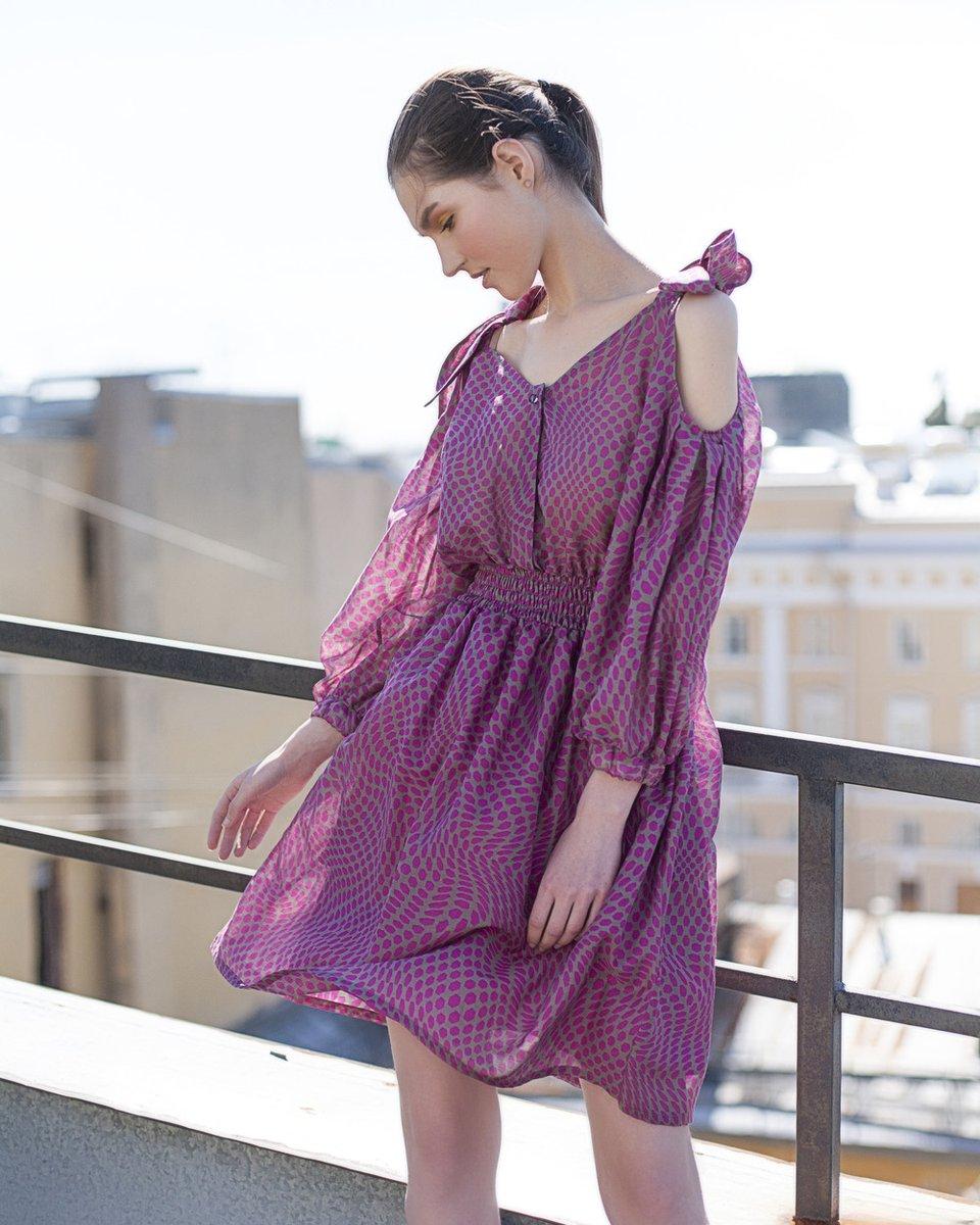 Платье цвета фуксии с фигурными вырезами на плечах
