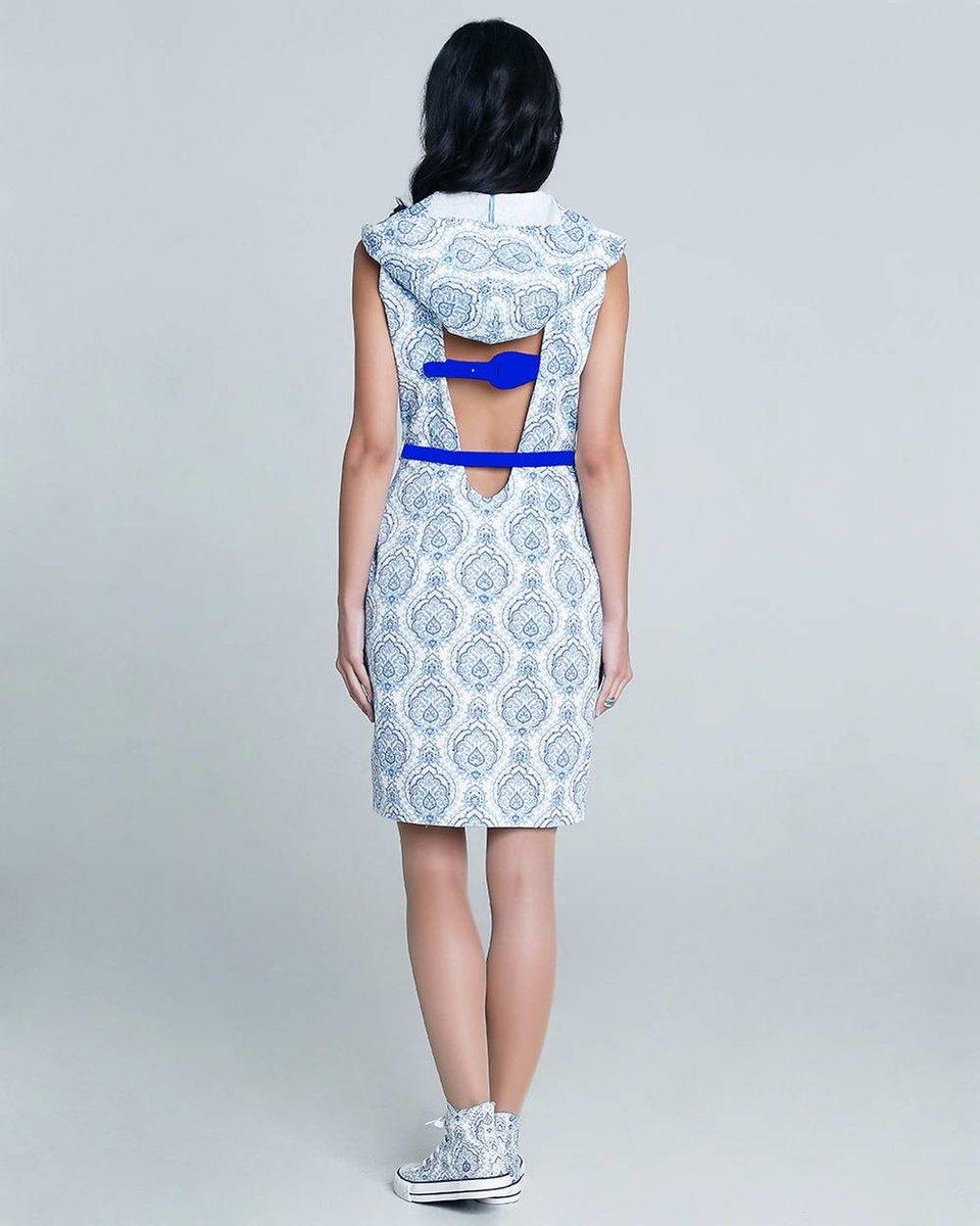 Платье с капюшоном и вырезом на спине