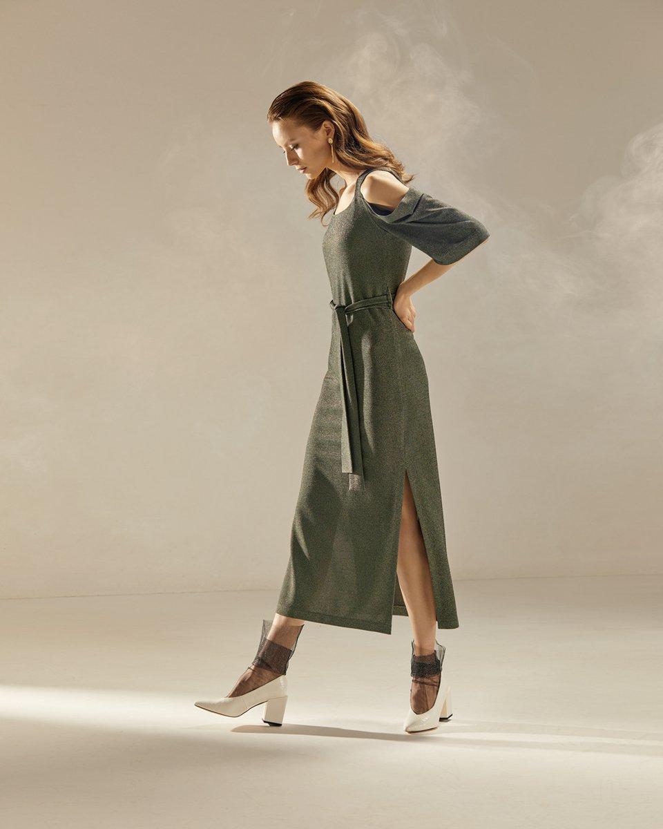 Удлиненное платье с открытыми плечами зеленого цвета с люрексом