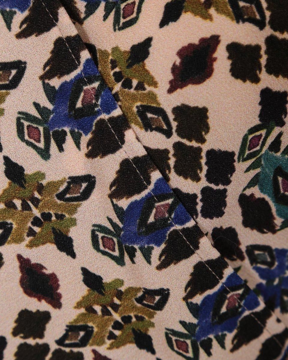 Платье на запах с ярким геометрическим принтом
